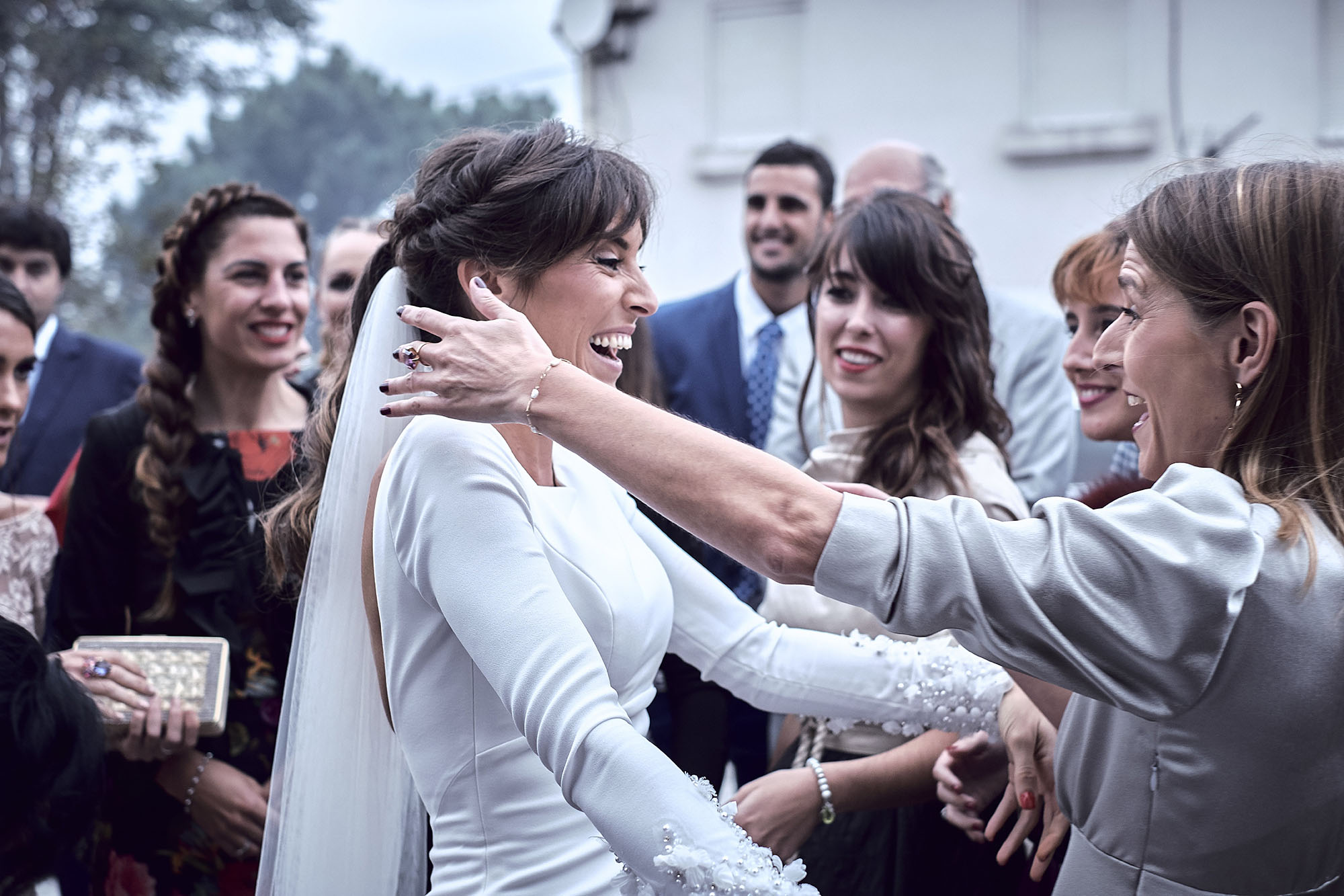 abrazo de la novia con amiga