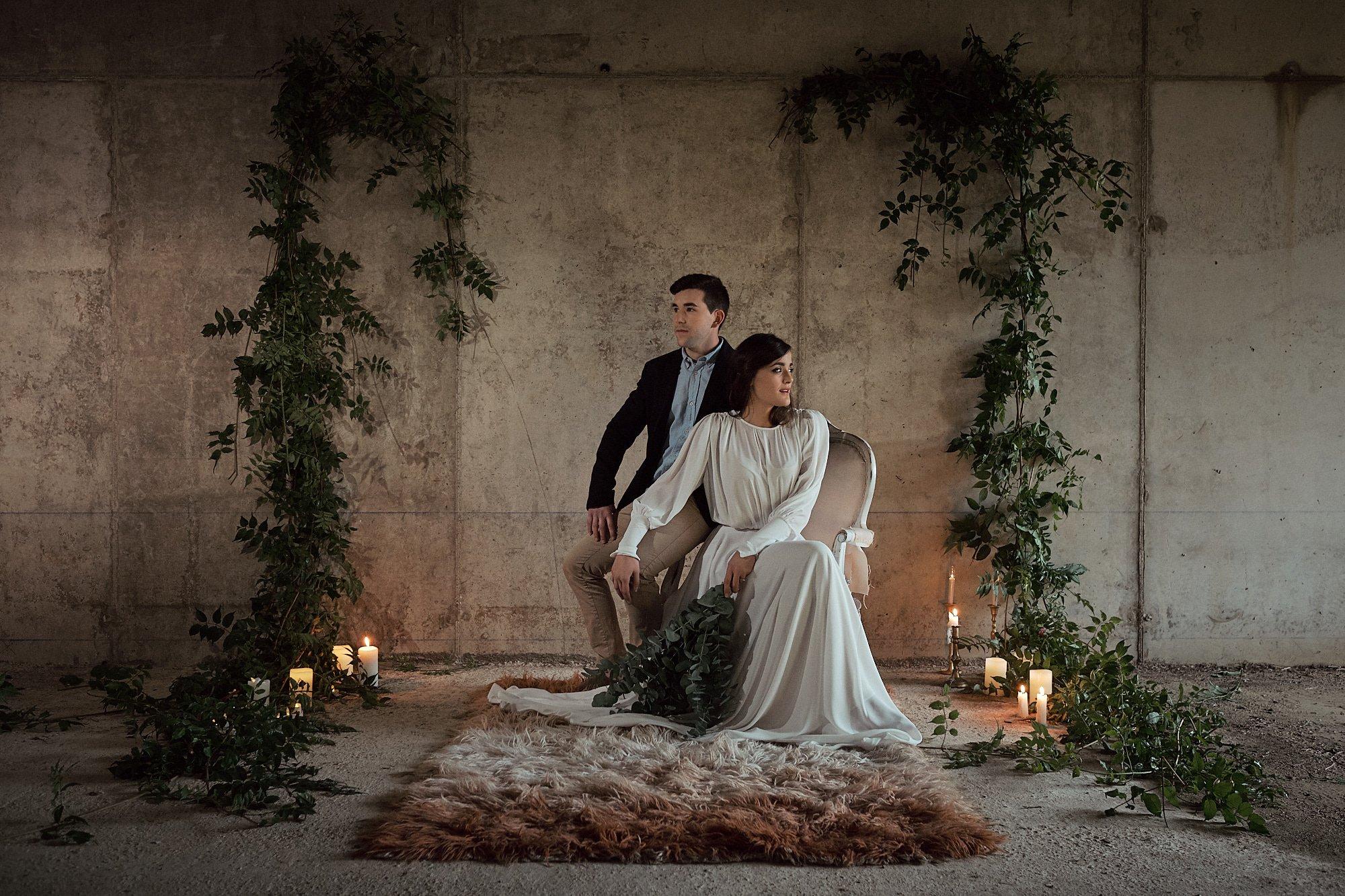 pareja de novios sentados en el altar