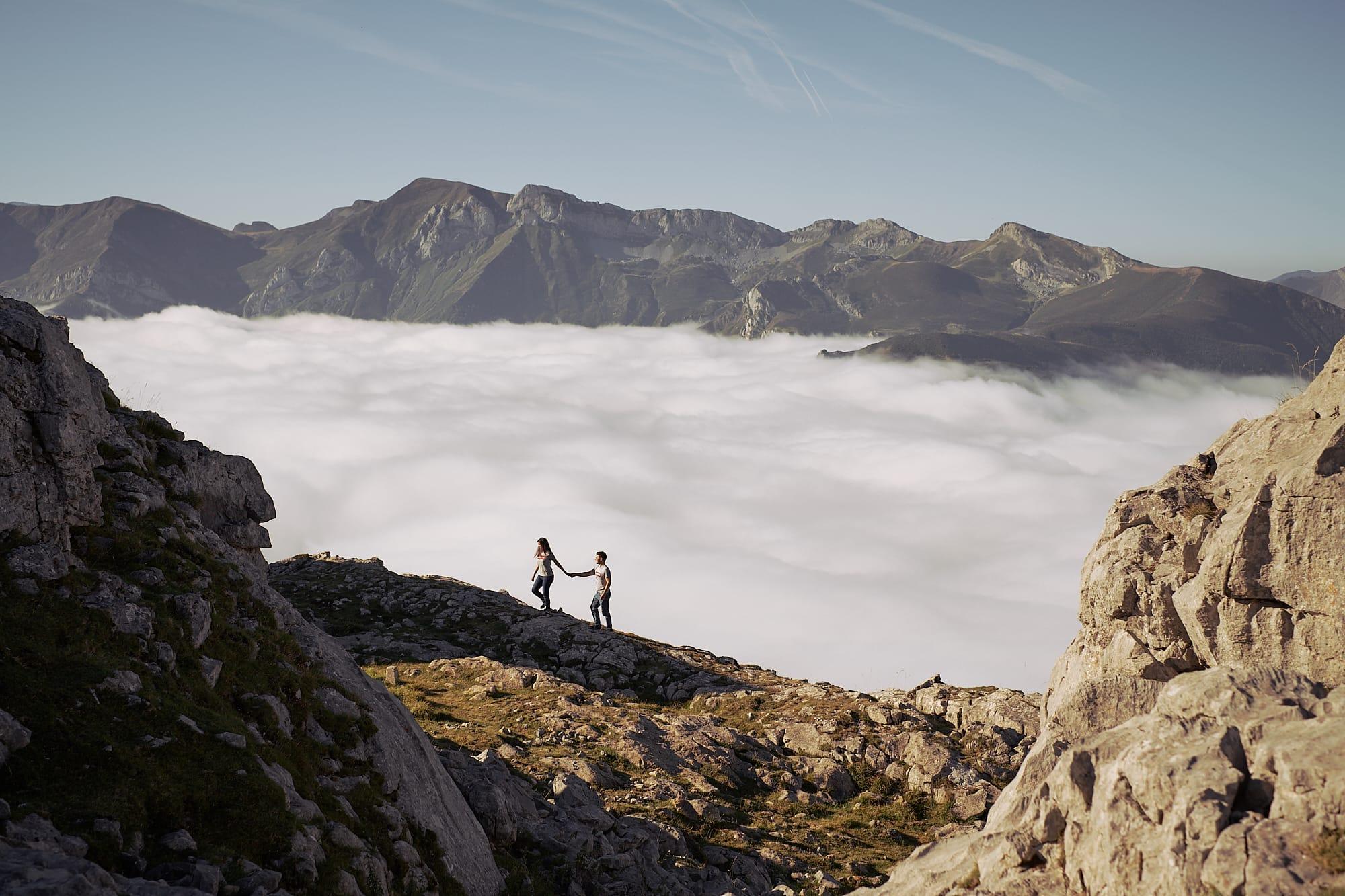 fotógrafo de boda preboda en picos de europa con mar de nubes