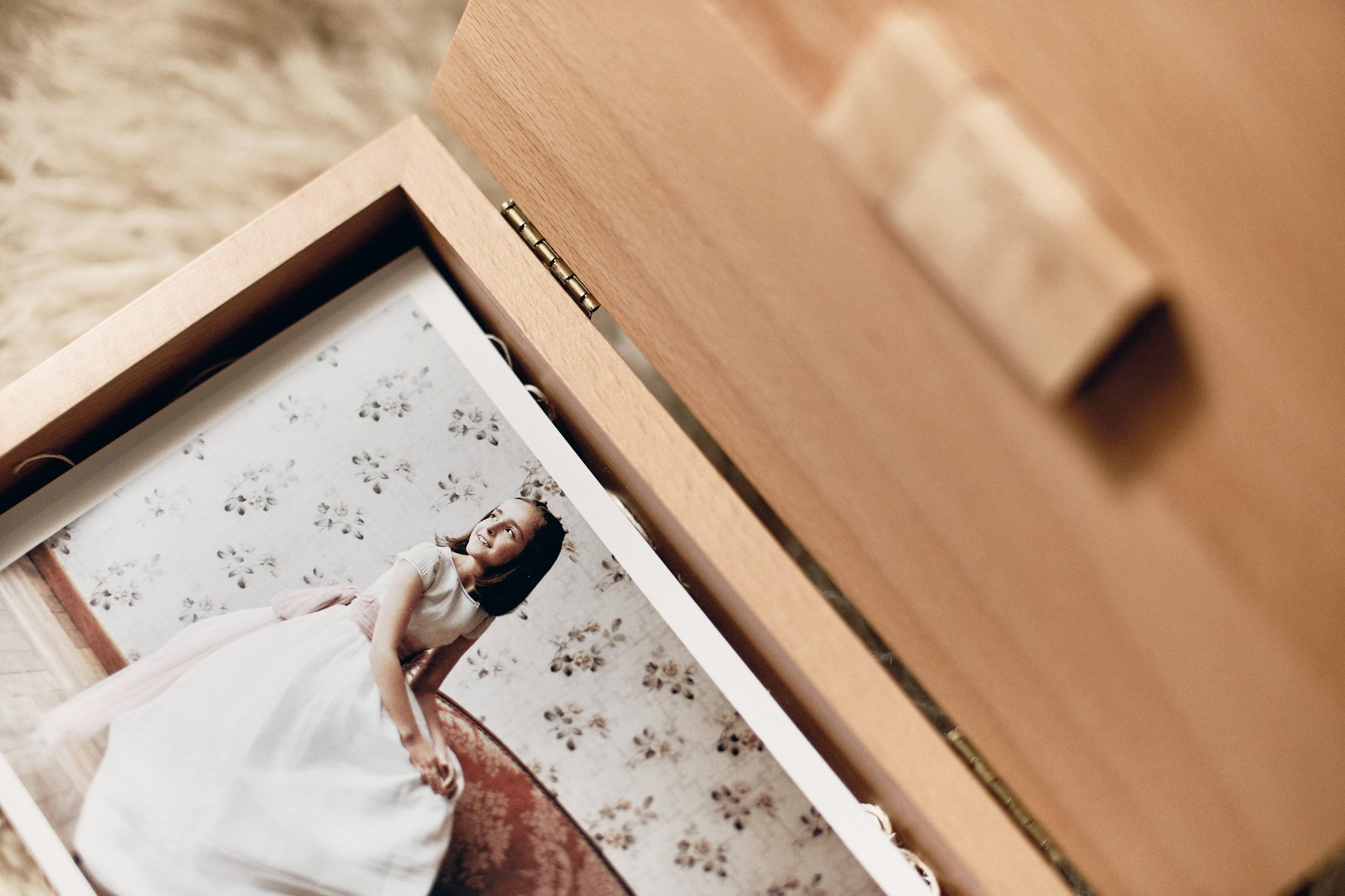 fotografo documental caja de madera con fotos impresas de comunion fineart by fabriziomaulella.com
